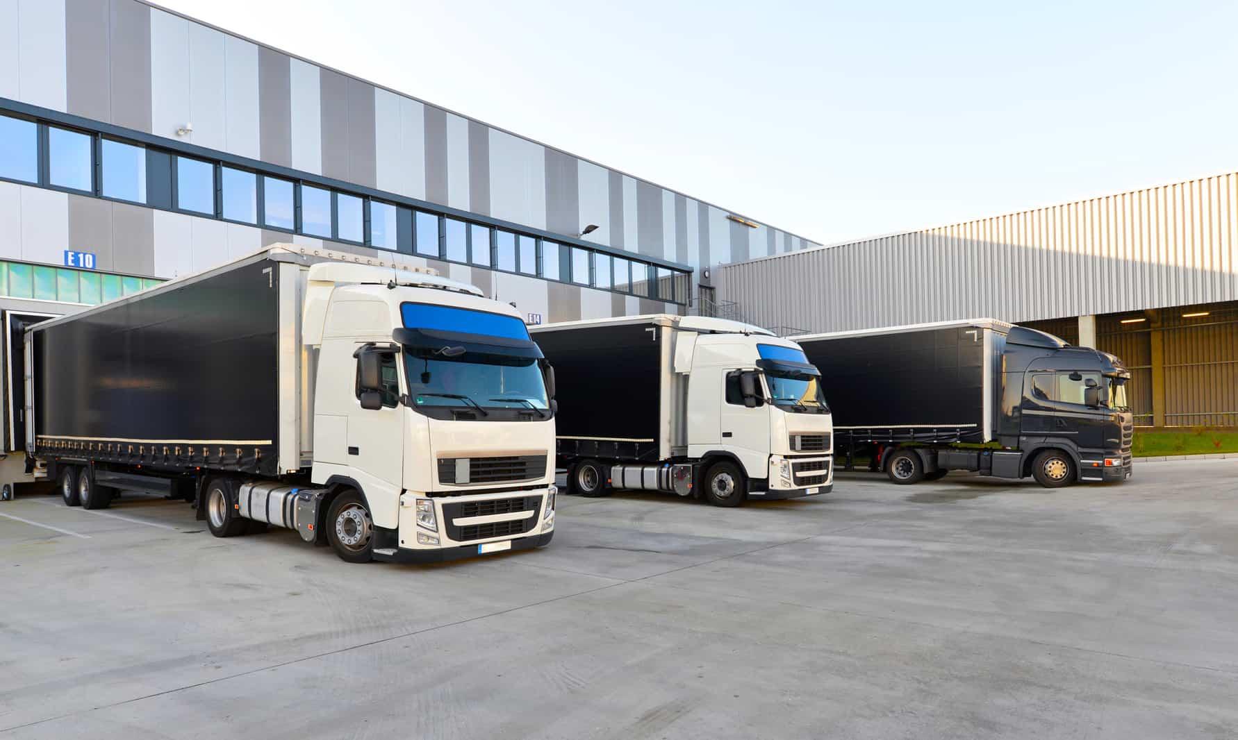 Anlieferung an das Cross-Docking-Lager mit Sattelzügen