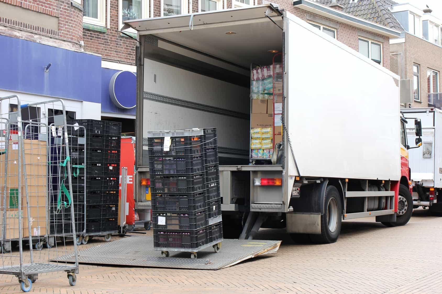 Belieferung einer Filiale mit kleinerem LKW mit Hebebühne