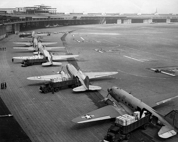 Umschlag von Waren am Flughafen Tempelhof