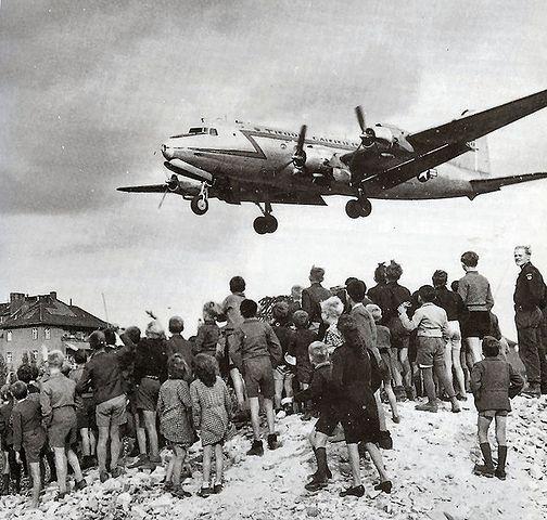 Landung eines Rosinenbombers am Flughafen Tempelhof